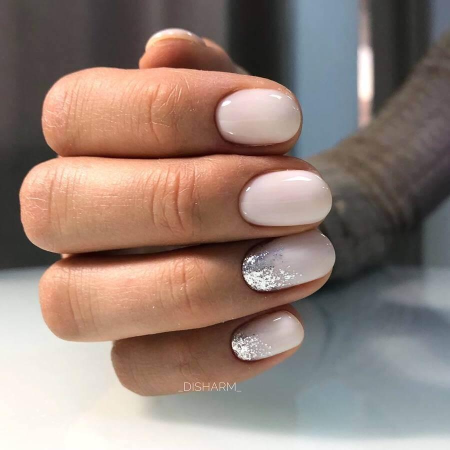 Деликатен и сребърен маникюр за къси нокти