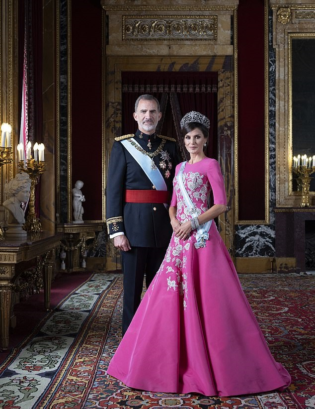 Испанска кралица Летисия изглежда царствено в рокля от Каролина Херера за гала портрет с крал Фелипе