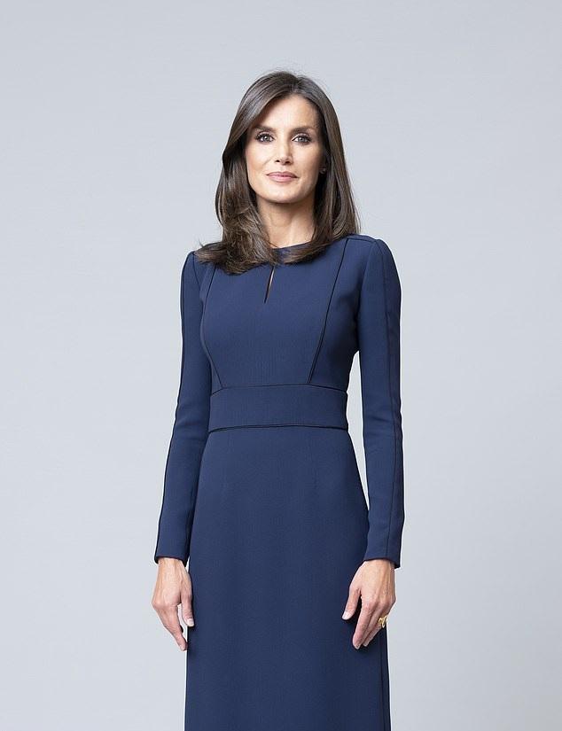 Кралица Летисия сподели три различни тоалета за снимки, трябва да имате тази рокля в тъмносин цвят (на снимката)