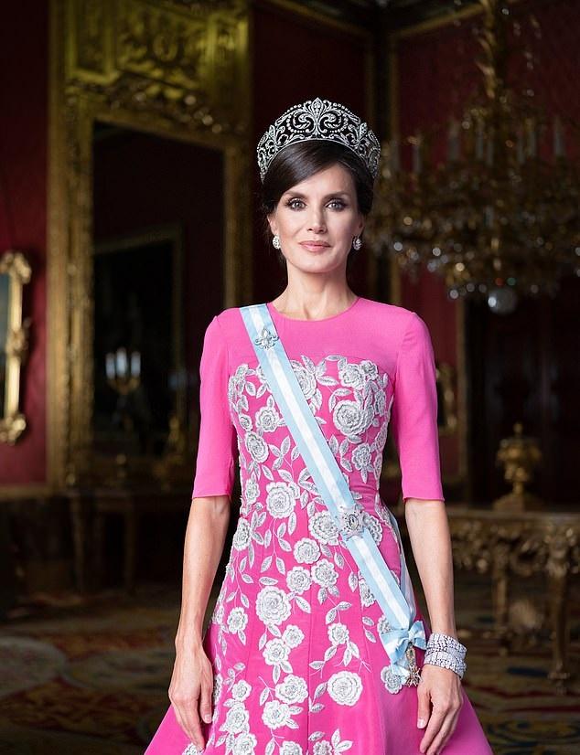 Летисия  показа Тиара де лас Флорес де Лис, създадена от платина и диамант, която е в испанското кралско семейство от 1906 г.