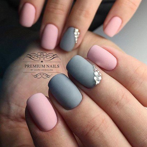 Матов дизайн с камъчета за къси нокти