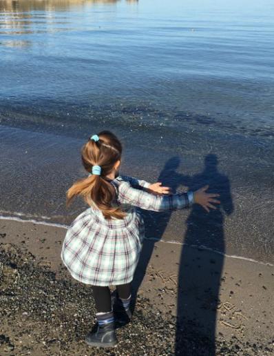 момиченце и море