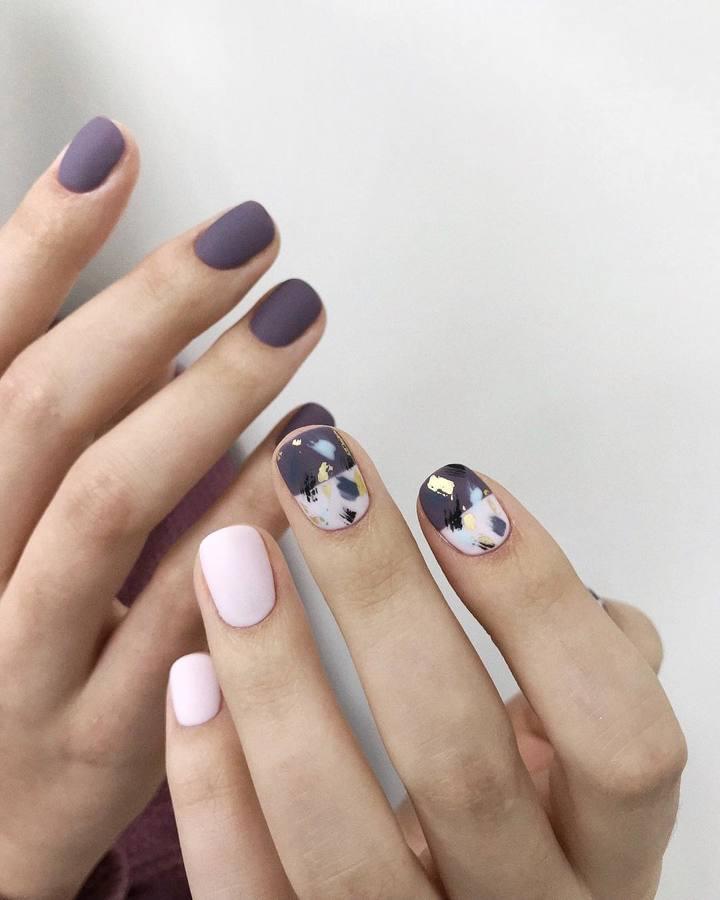 Пастелно розово и сиво-нежен дизайн за ноктите