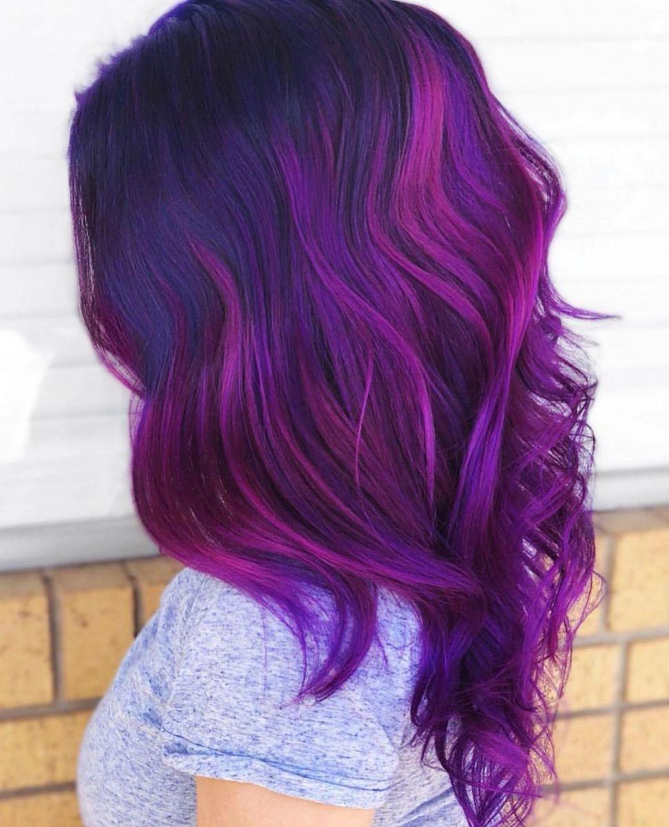 коса с лилави кичури