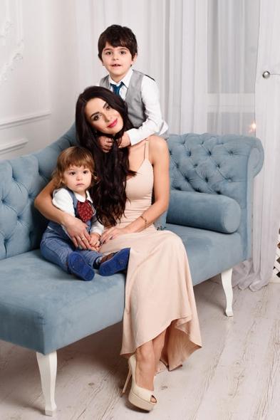 красива жена с децата си