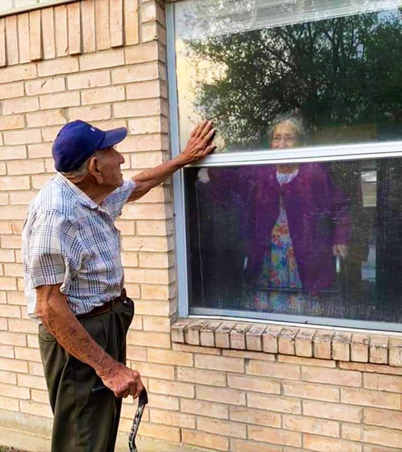 възрастни хора изолация