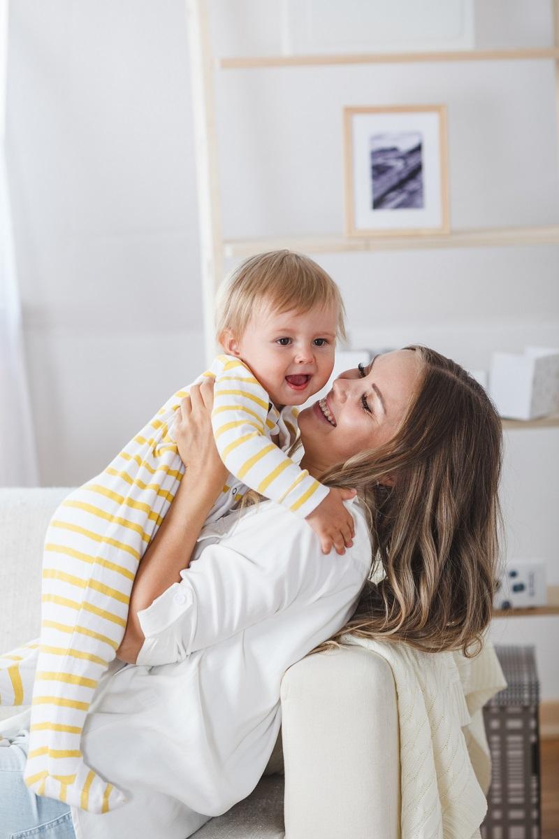 красива майка с бебе