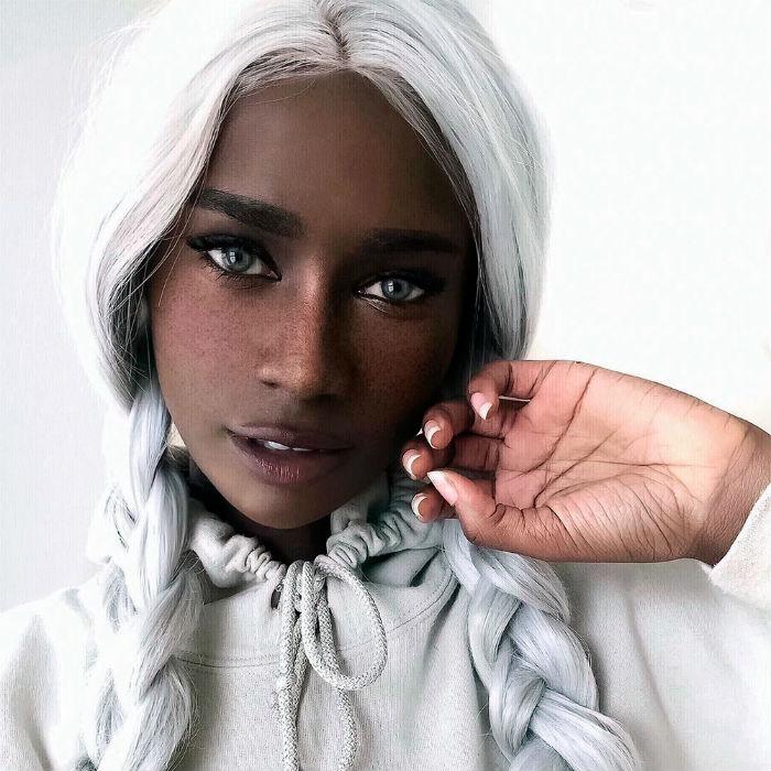 черна кожа и сини очи