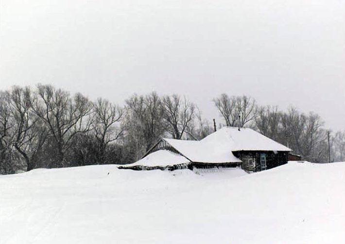 къща в снега