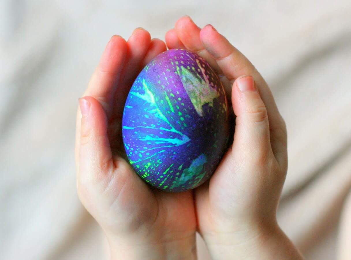 боядисване на яйцата с хартиени кърпи
