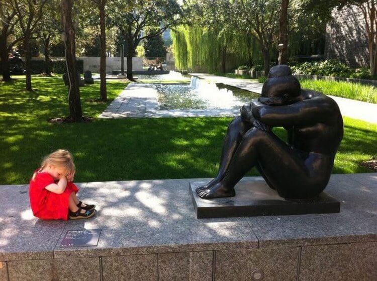 дете със статуя