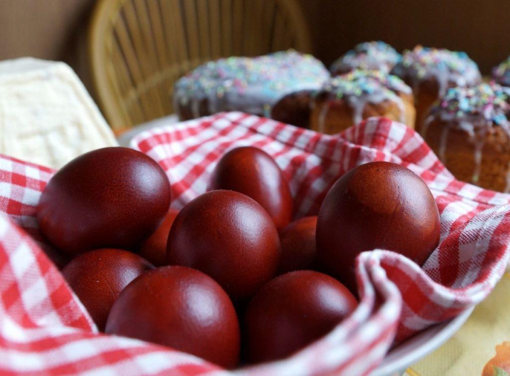 червени яйца с лук
