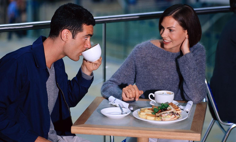 мъж и жена в кафене