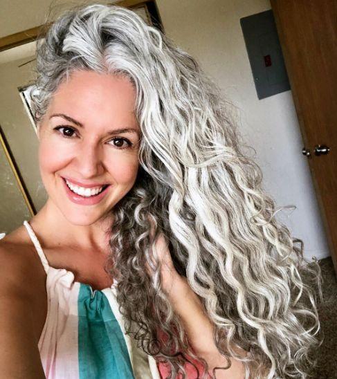 жена сребриста коса
