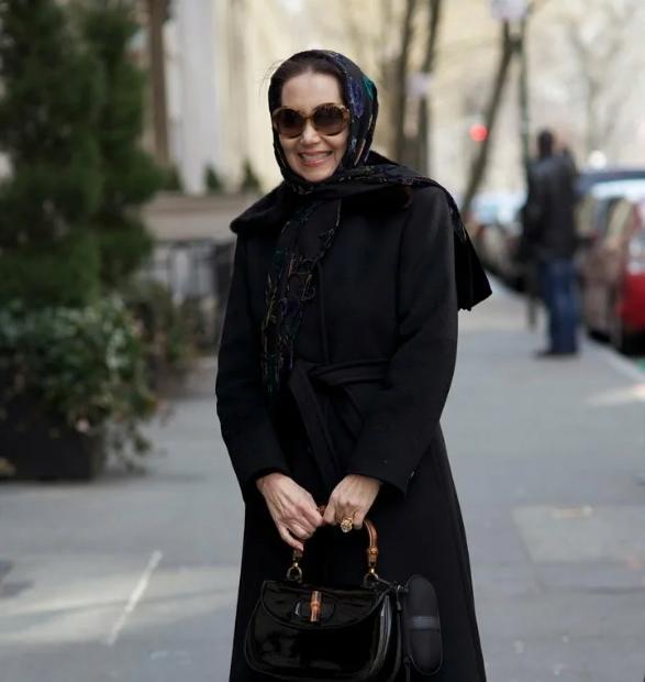 жена в черно