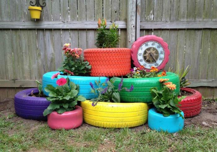 цветна леха в двора от стари гуми