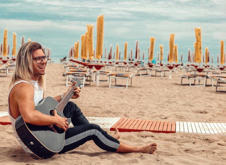 мъж с китара