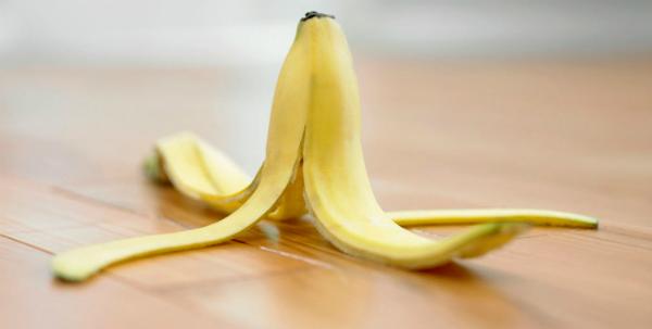 един банан върху кожата