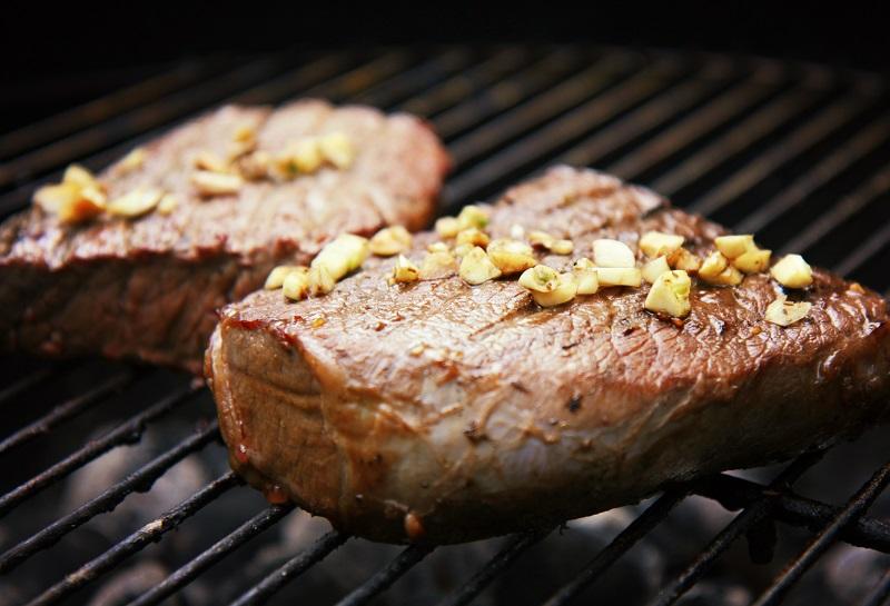 месо с чесън