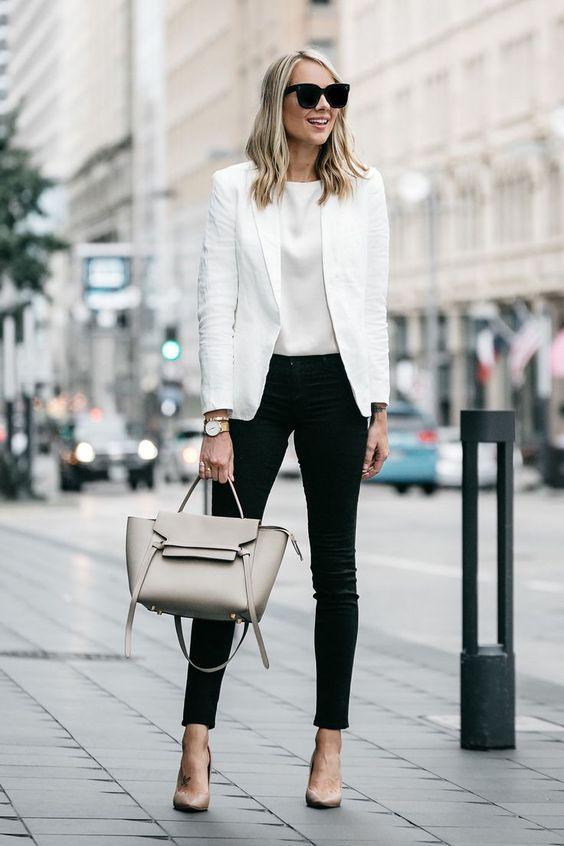 блондинка в бяло