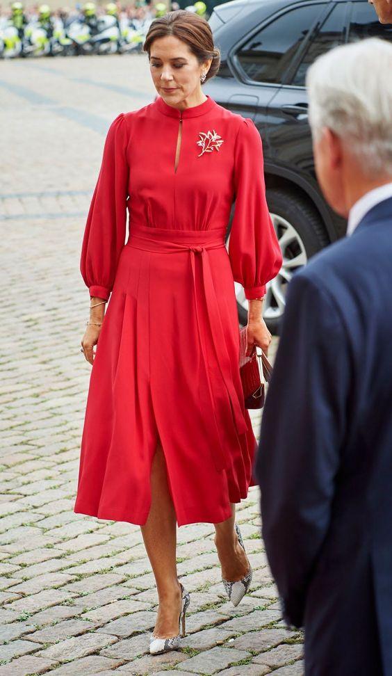 сдържана червена рокля