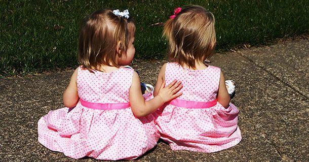 Помните ли сладките близначета, които се родина хванати за ръце?