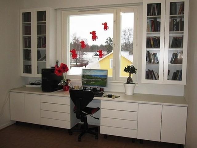 работно място до прозорец