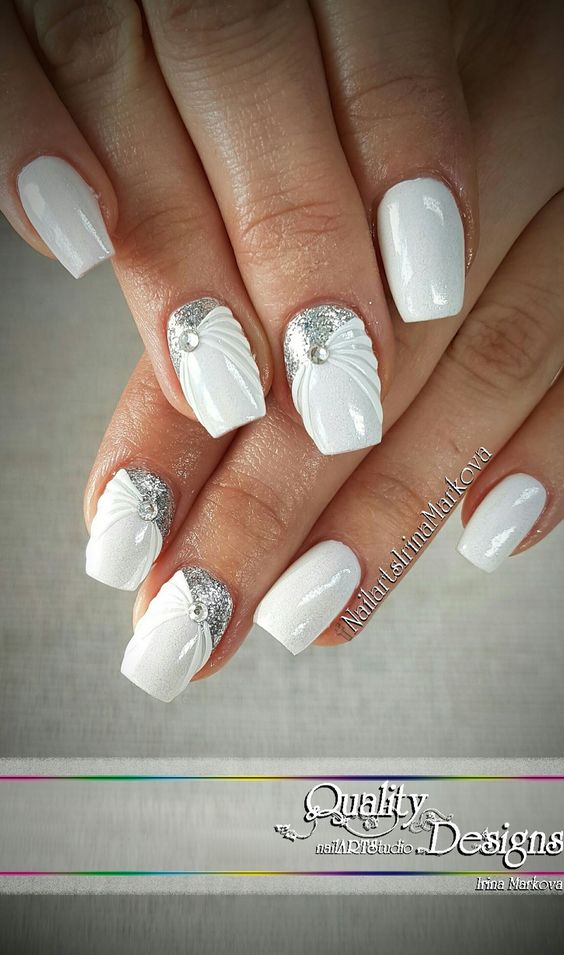 бял маникюр със сребристо