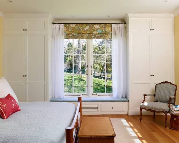 гардероб около прозореца