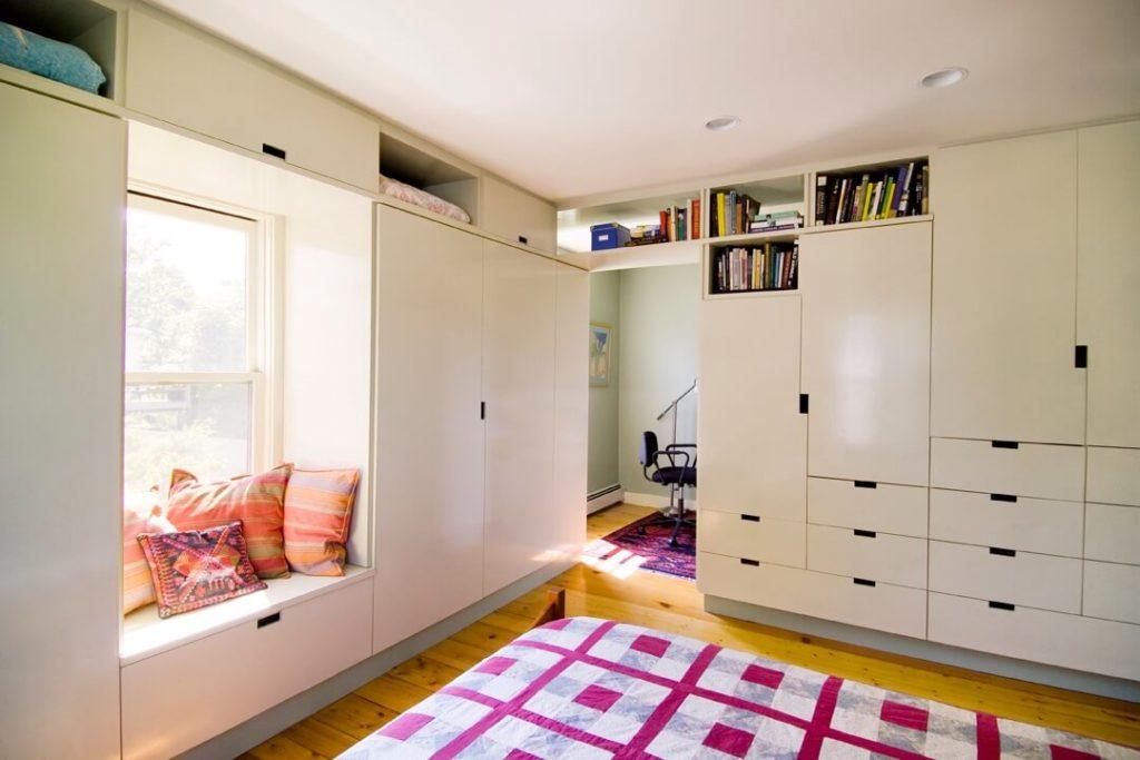голям гардероб до прозореца