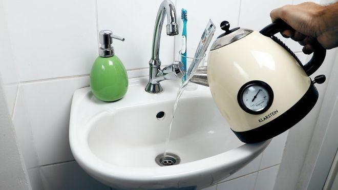 гореща вода в мивката