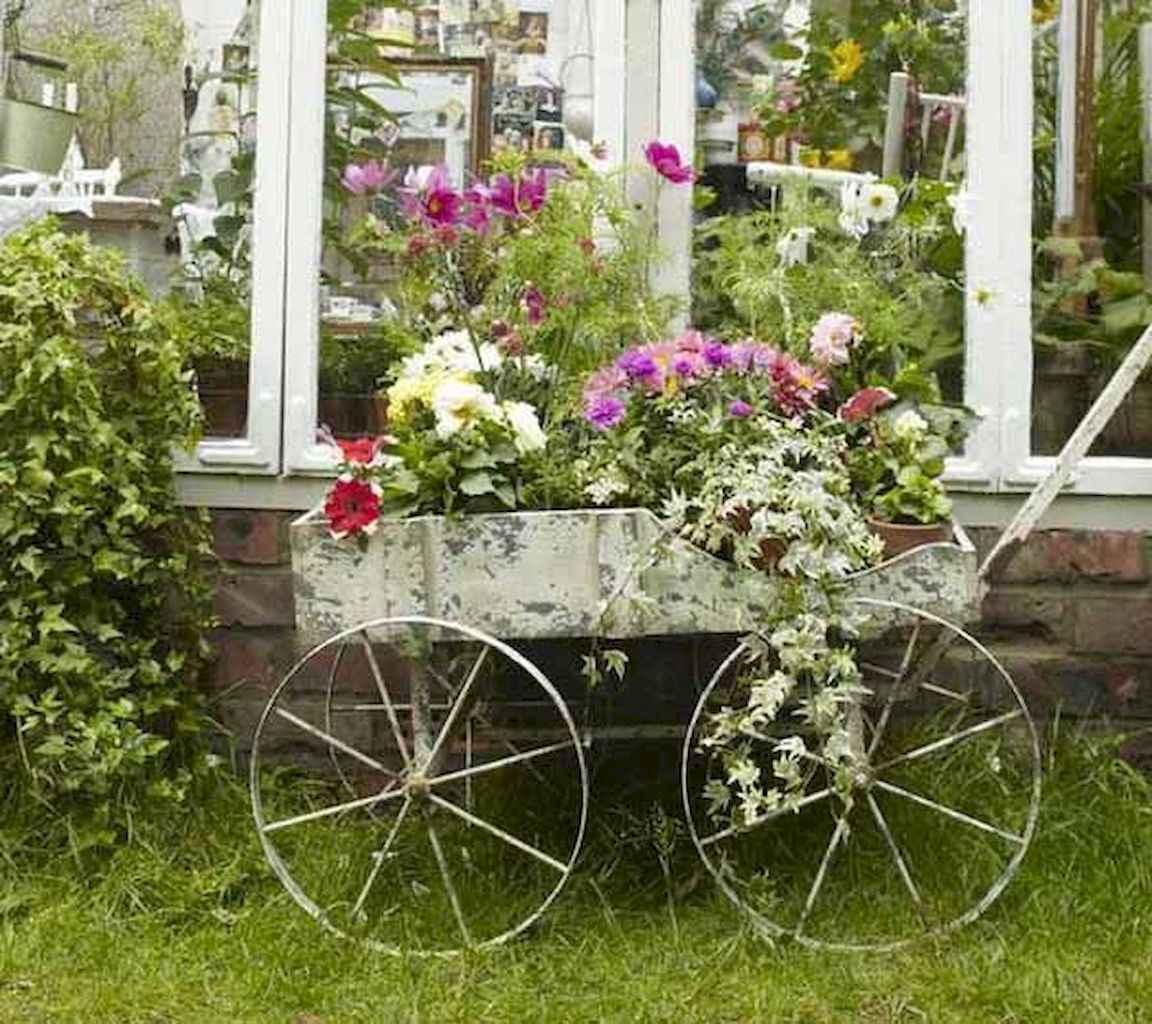цветя в старата каручка