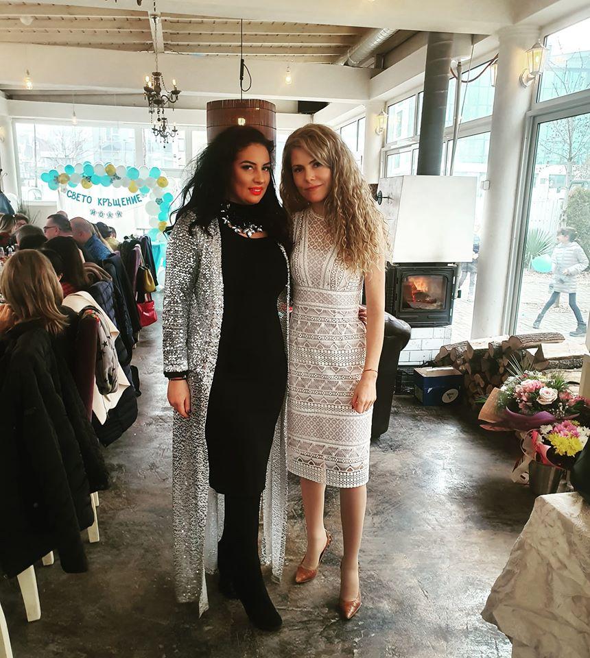 Деси Банова бяла рокля