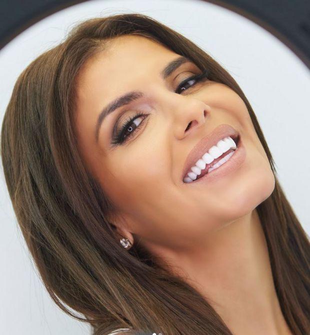 Анелия бели зъби