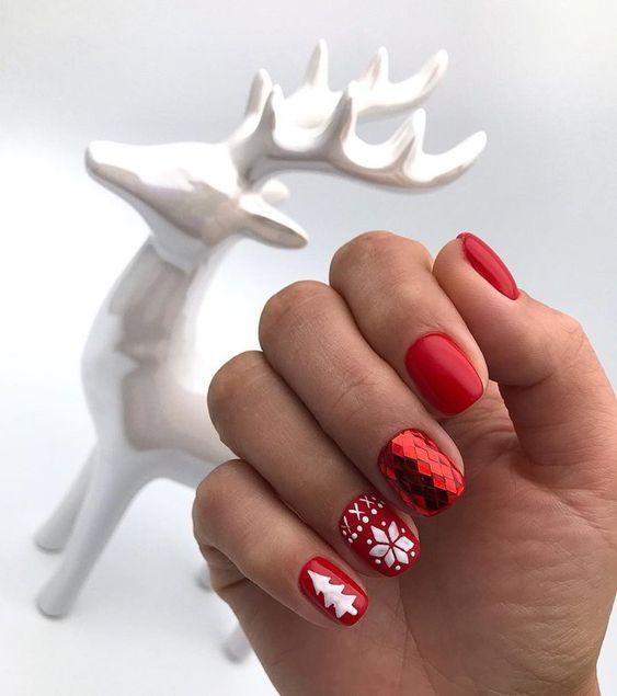 Новогодишен маникюр за къси нокти в червено