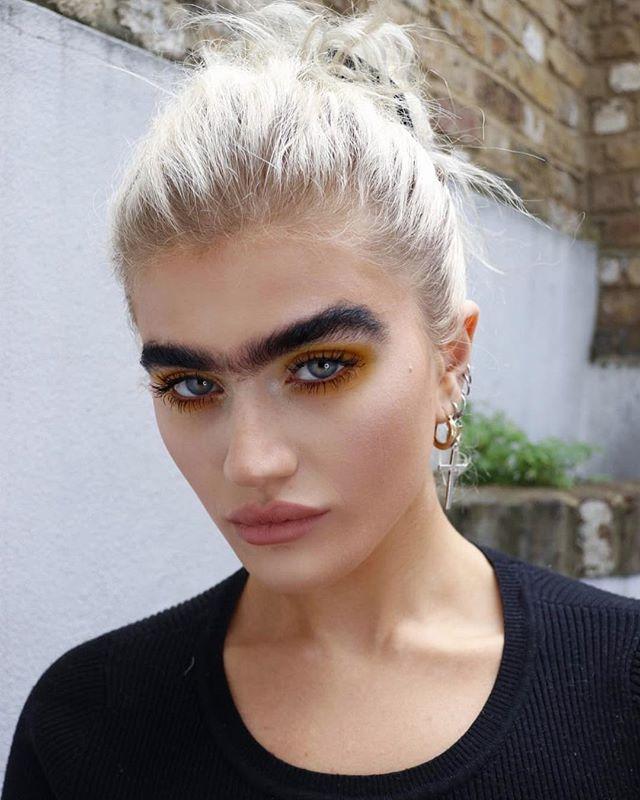 блондинка с необичаен вид