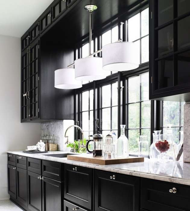 черна кухня около прозореца