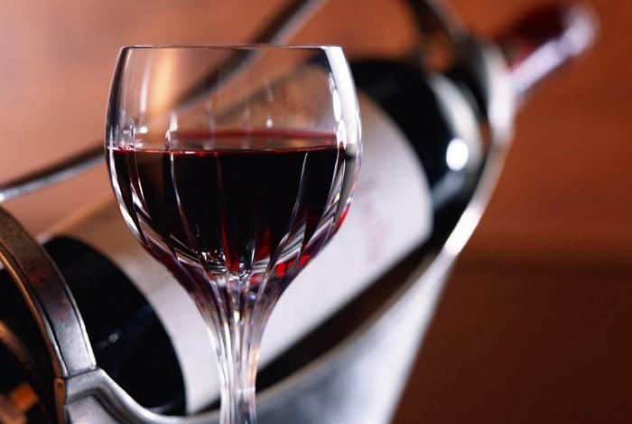 чаша червено вино Фото