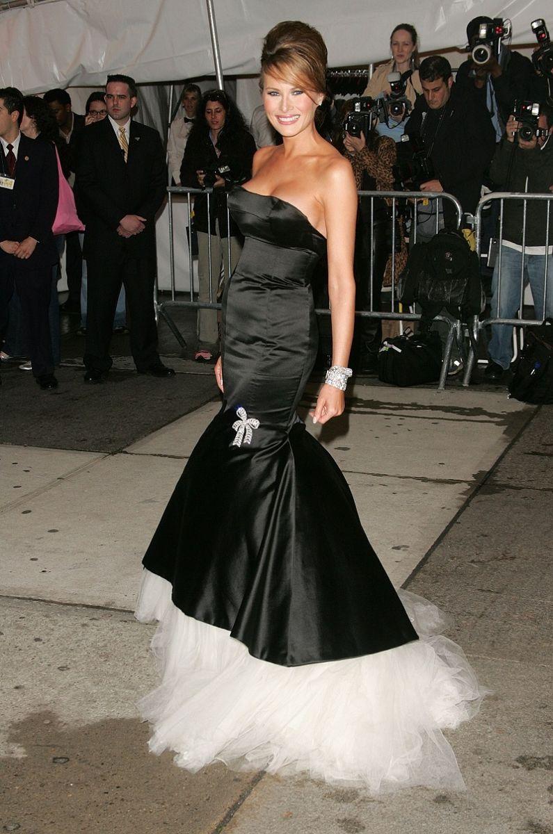 Мелания черна рокля
