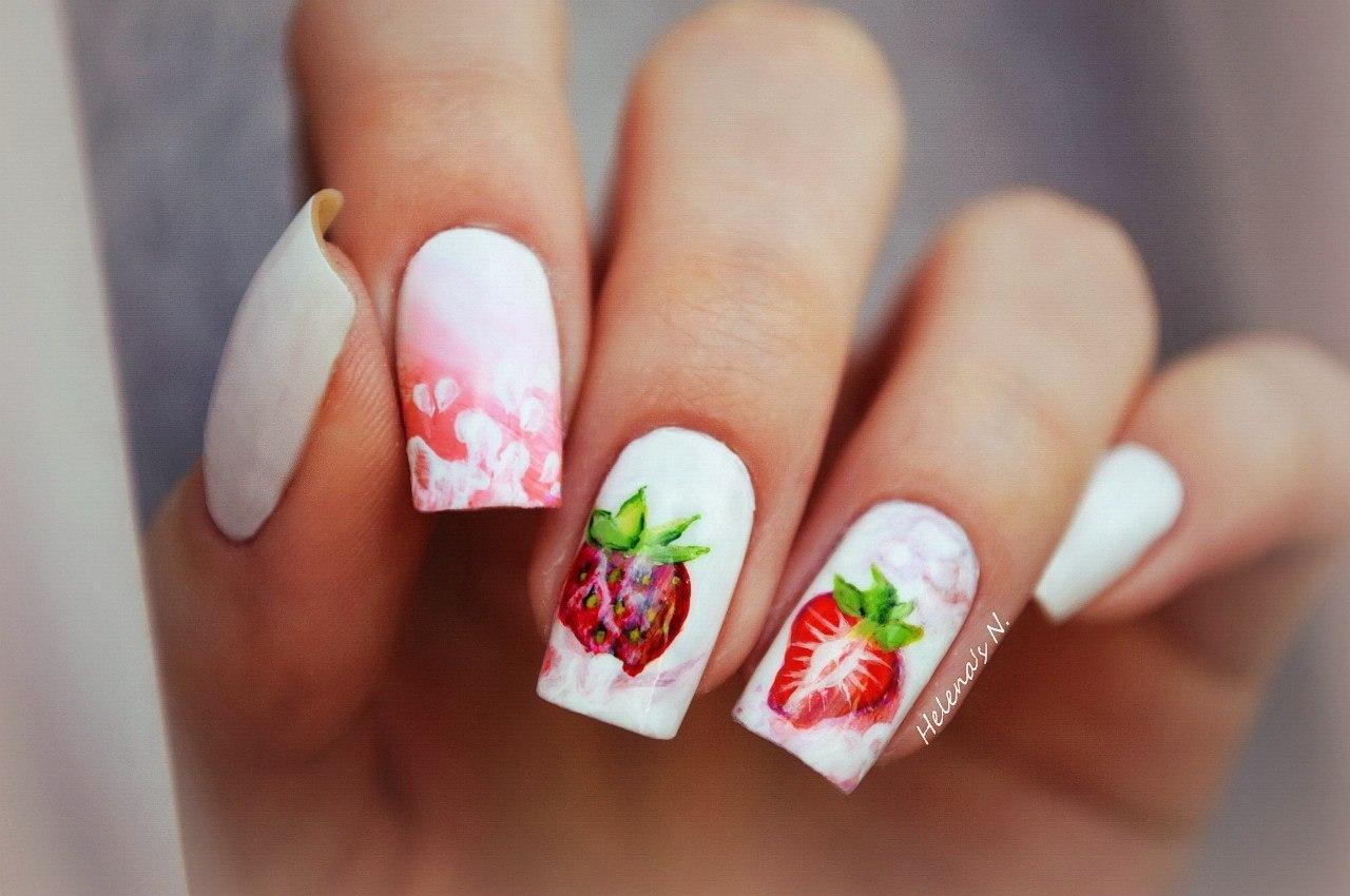 бял маникюр с ягоди