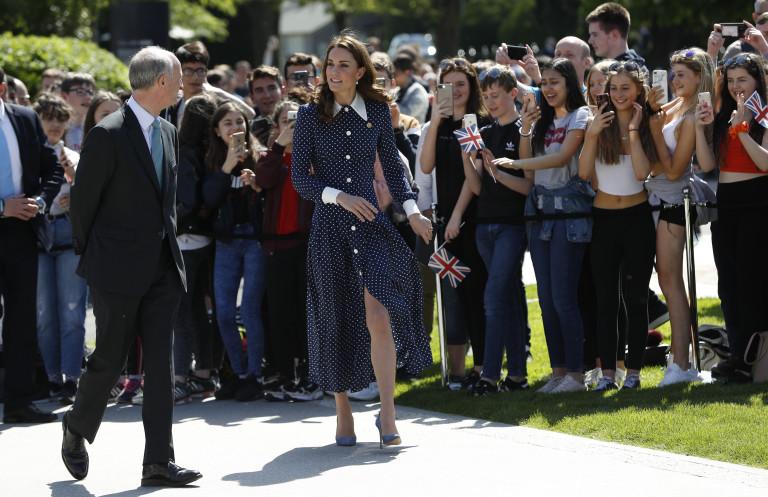 Кейт в рокля с цепка