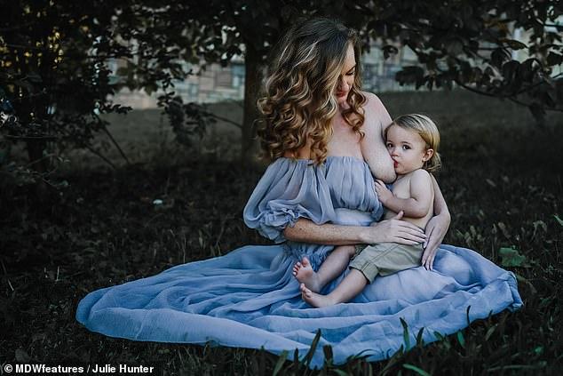 Самър кърми 18 месечното си бебе