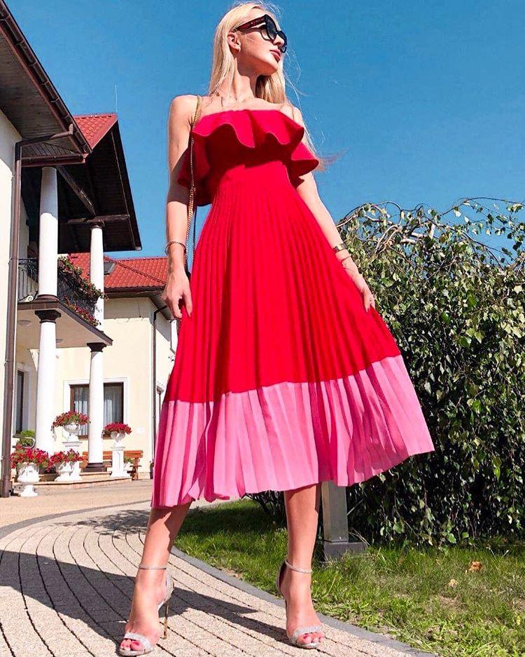 блондинка червена рокля