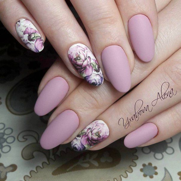 маникюр в нежно лилаво с цветя
