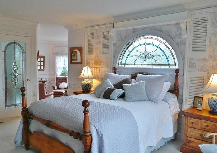 оцветени стъклени прозорци в спалнята