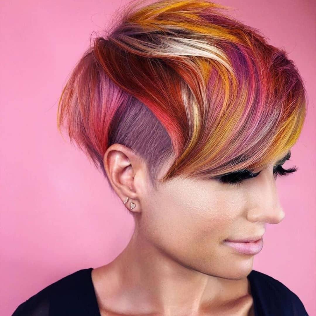 коса с разноцветни кичури
