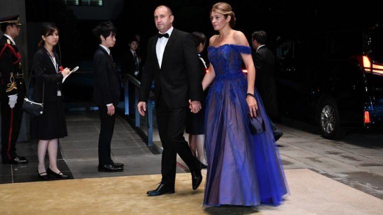 Деси Радева кобалтова рокля