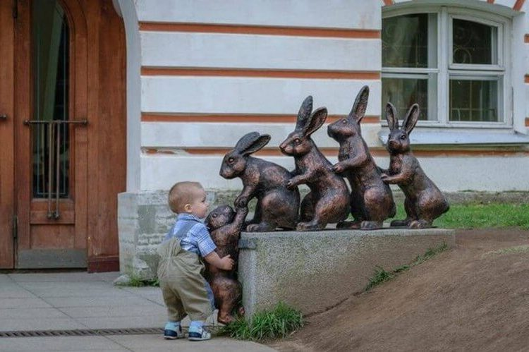 дете с паметник