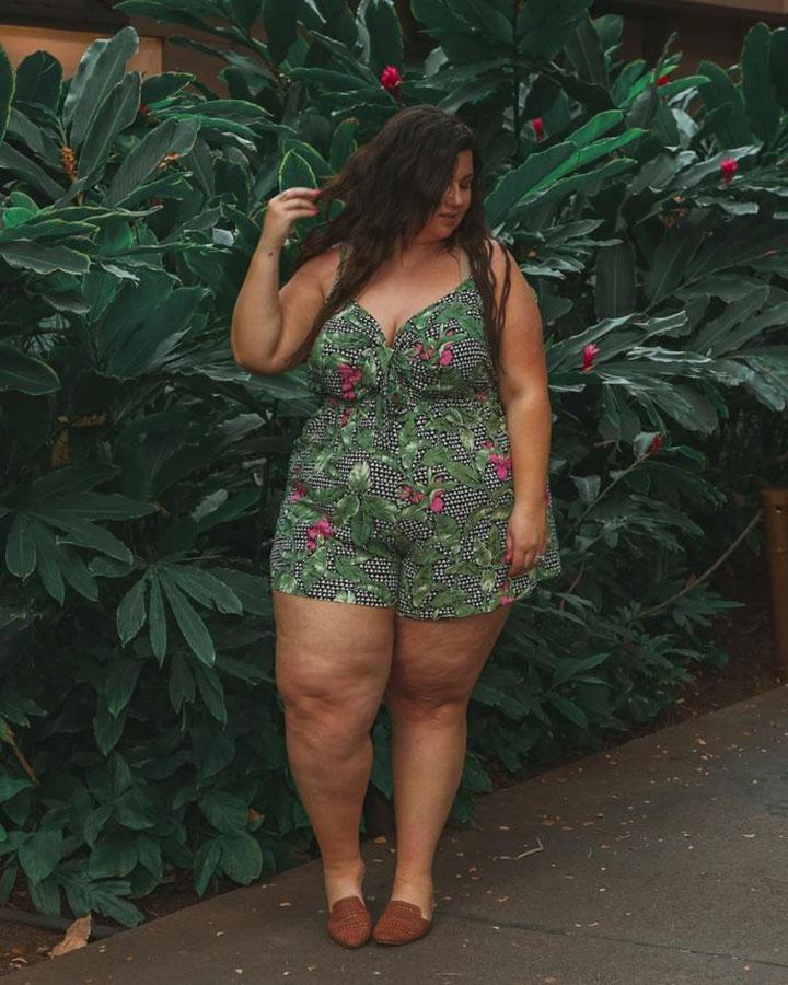 дебеланка с къси панталони