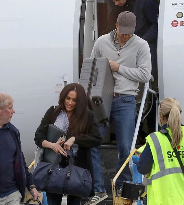Меган и Хари самолет